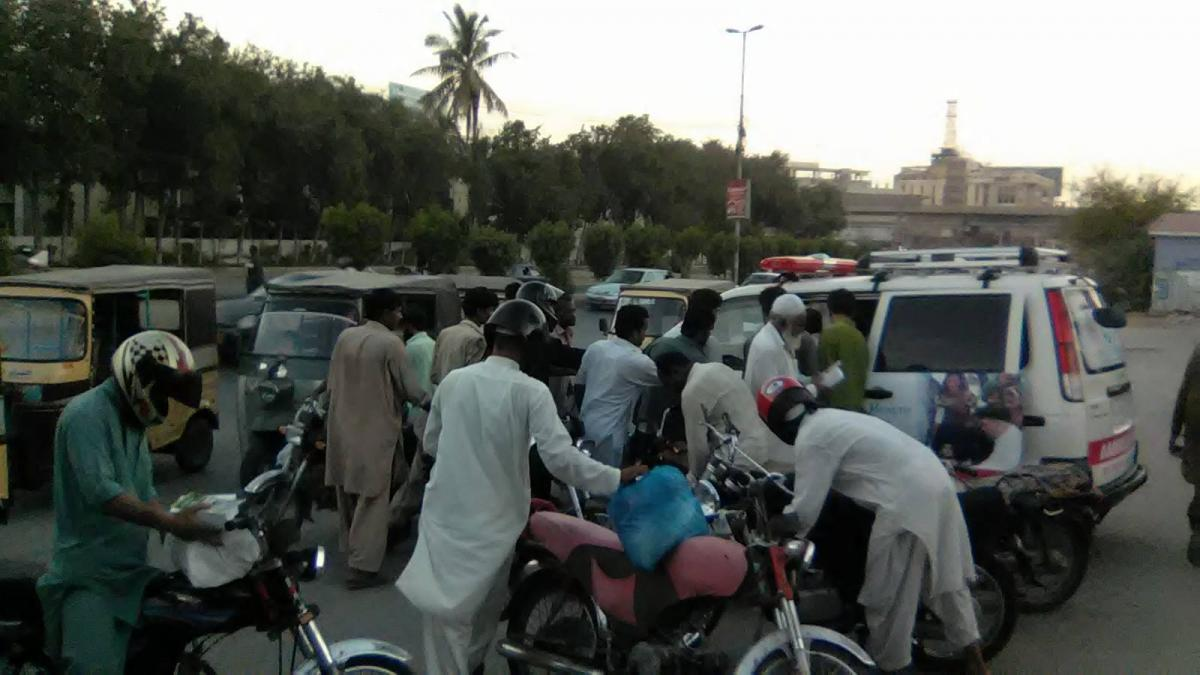 distribution of iftari in karachi roads and trafiic issues